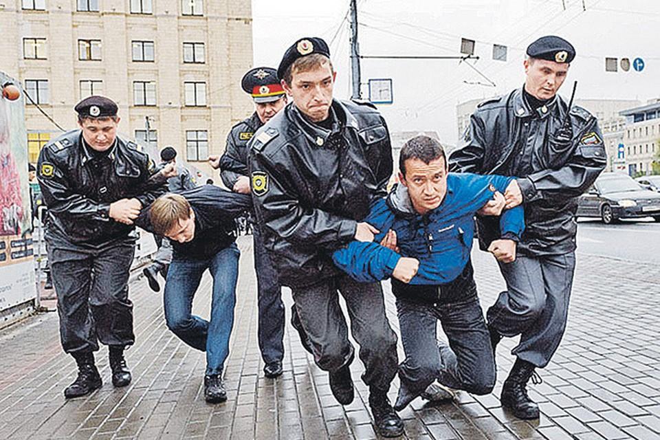Александр Долматов на акциях протеста был одним из самых активных.
