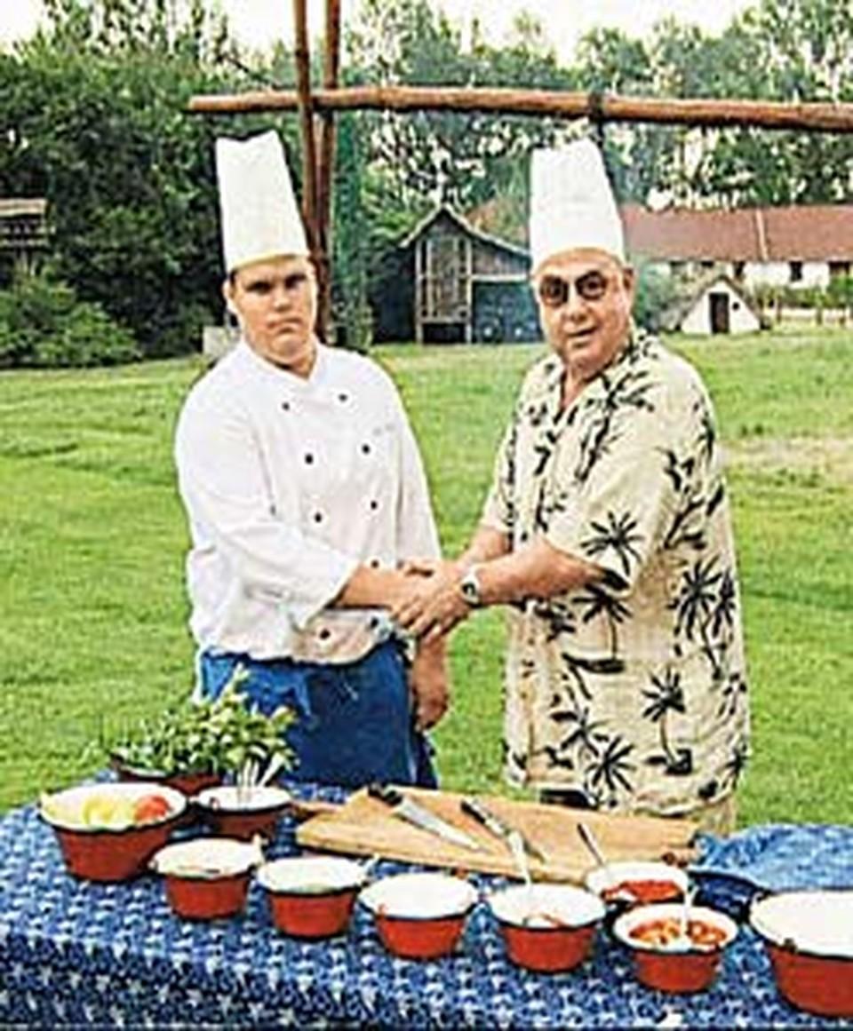 В Венгрии Владимир Долинский (справа) в компании  местного повара приготовил  настоящий гуляш.