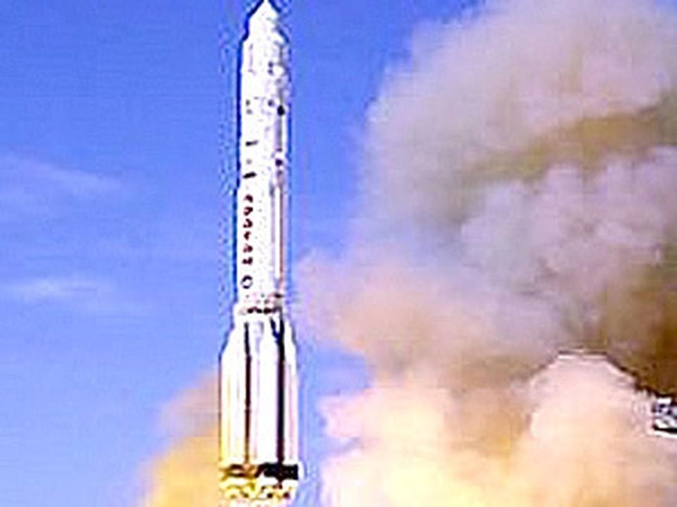 """Российский военный спутник связи серии """"Космос"""" был выведен на околоземную орбиту в июне 1993 года."""