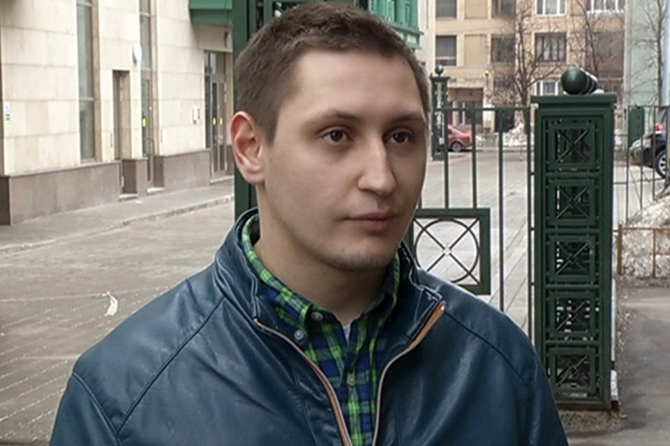 Владимир Кутюзин подобрал тяжелую палку, которая ваялась у мусорного контейнера, и, угрожая ей, отогнал злодея о пострадавшей
