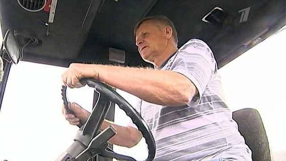 Механизатор Юрий Коннов с легкостью осваивает новую технику и применяет передовые технологии земледелия.