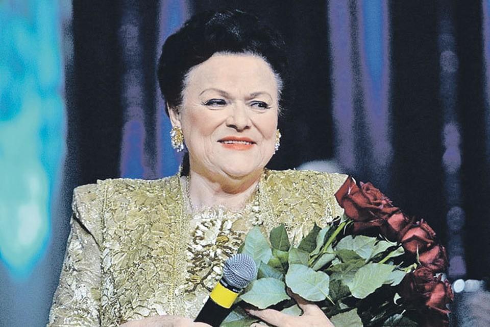 Людмила Георгиевна любовно подбирала свои драгоценности...