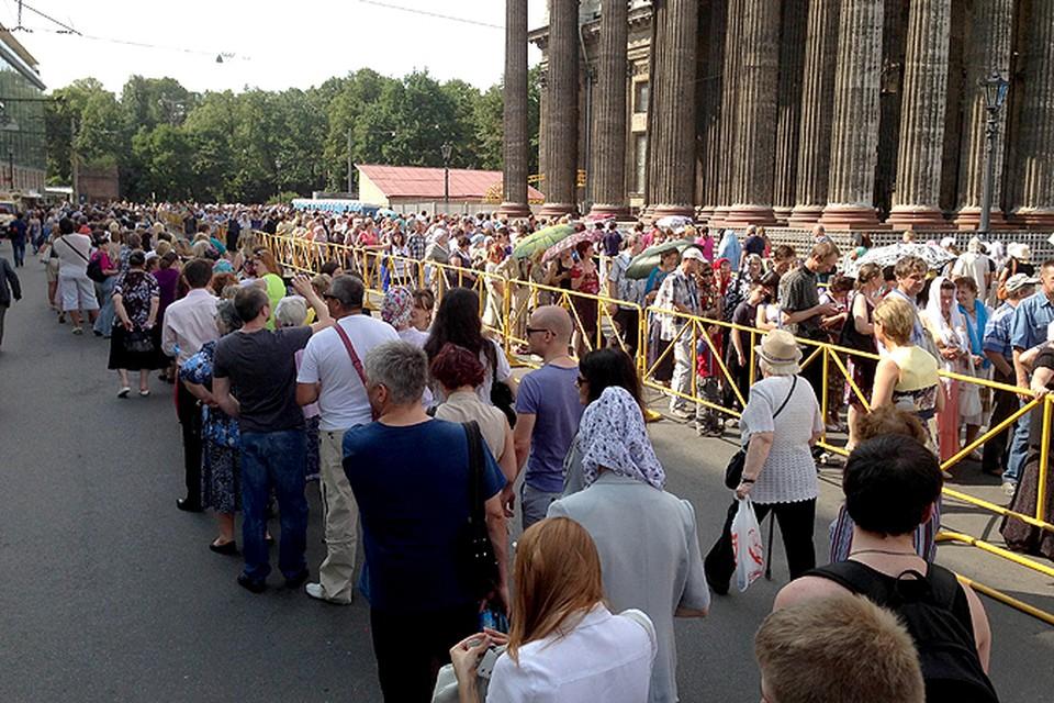 Православные занимали очередь в Казанский собор с самого утра