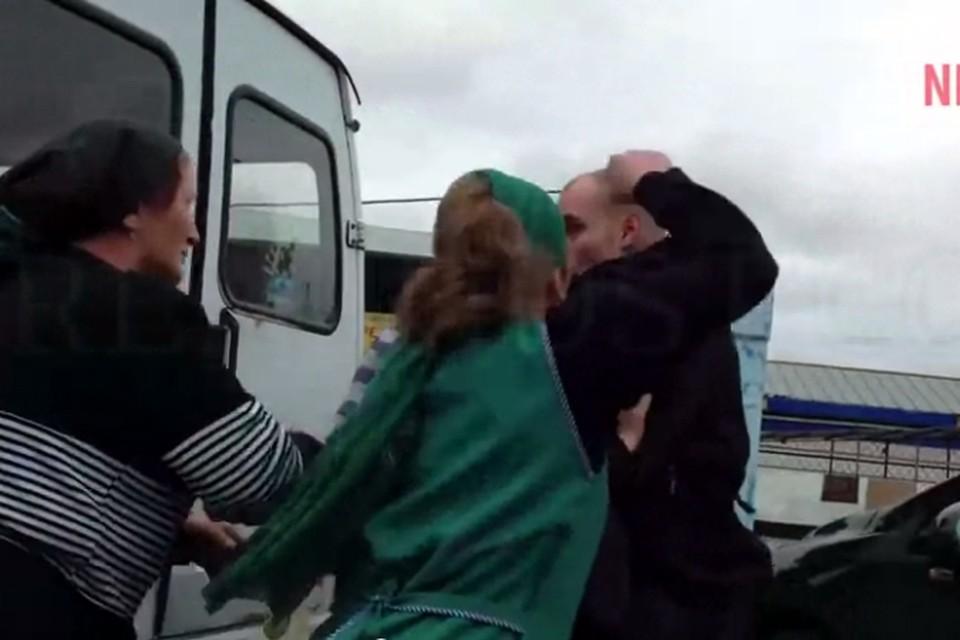 Продавщица рынка атакует полицейского