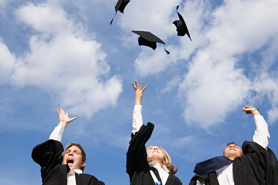Но радуются все выпускники одинаково, вне зависимости от того, какой закончили университет.