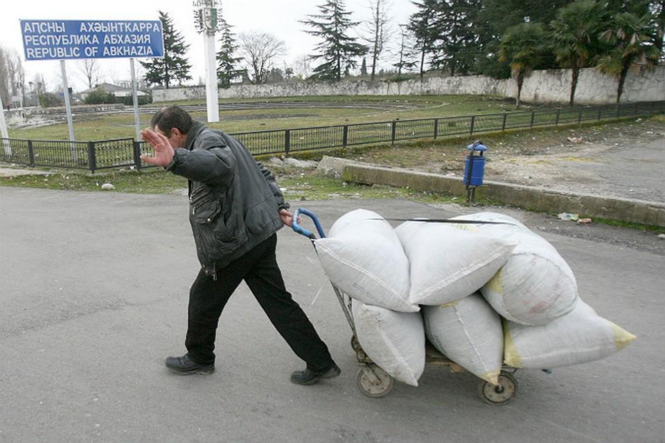 Российские деньги идут в Абхазию мешками. А вот на что они расходуются?