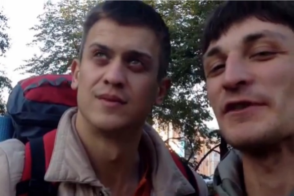 Андрей (слева) и Ваня отправились автостопом из Москвы во Владивосток. Без денег...