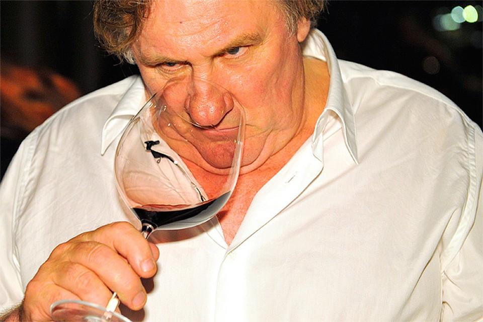 """Журналисты """"Комсомолки"""" застали актера на презентации нового вина в ресторане «Белый Кролик»"""