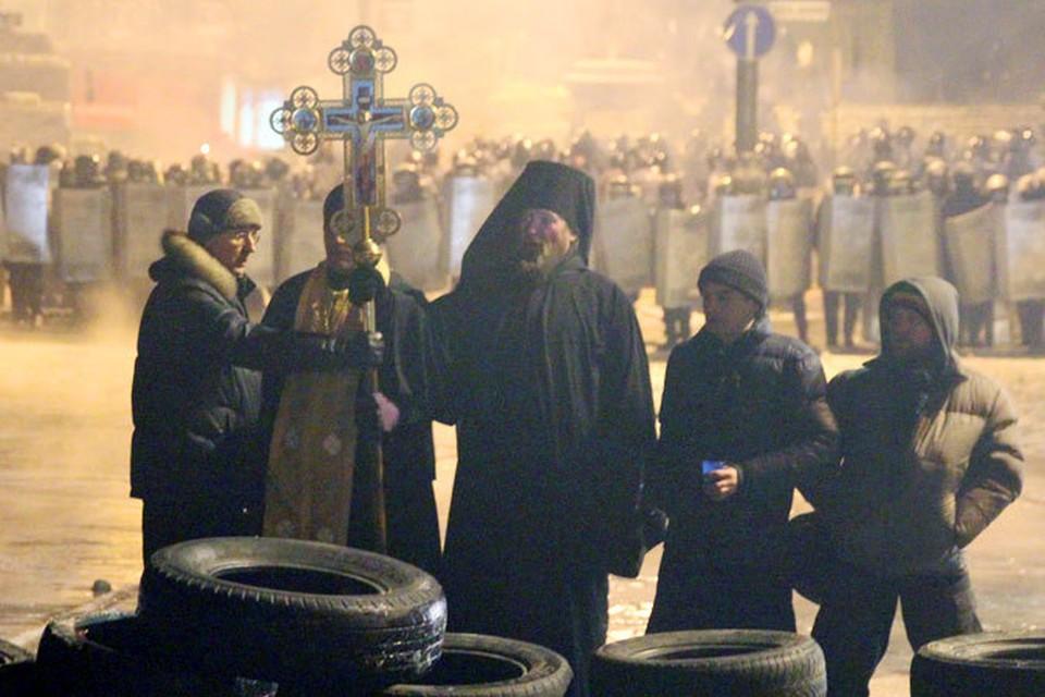 Вместо намаза — христианская молитва. И трое православных священников, стоящих между «Беркутом» и баррикадой