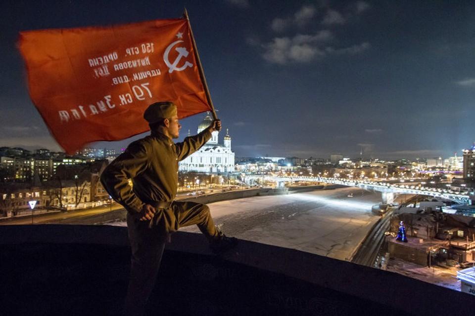 На офис Дождя водрузили Знамя Победы