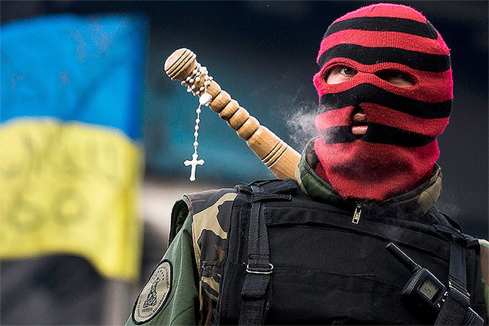 Украина который день балансирует на грани гражданской войны востока и запада...