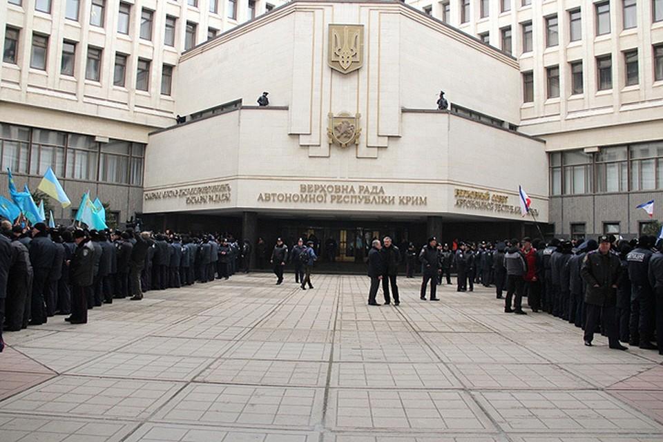 В Симферополе сегодня решалась судьба Крыма : у Верховной рады автономной республики милиция была вынуждена разделить две толпы