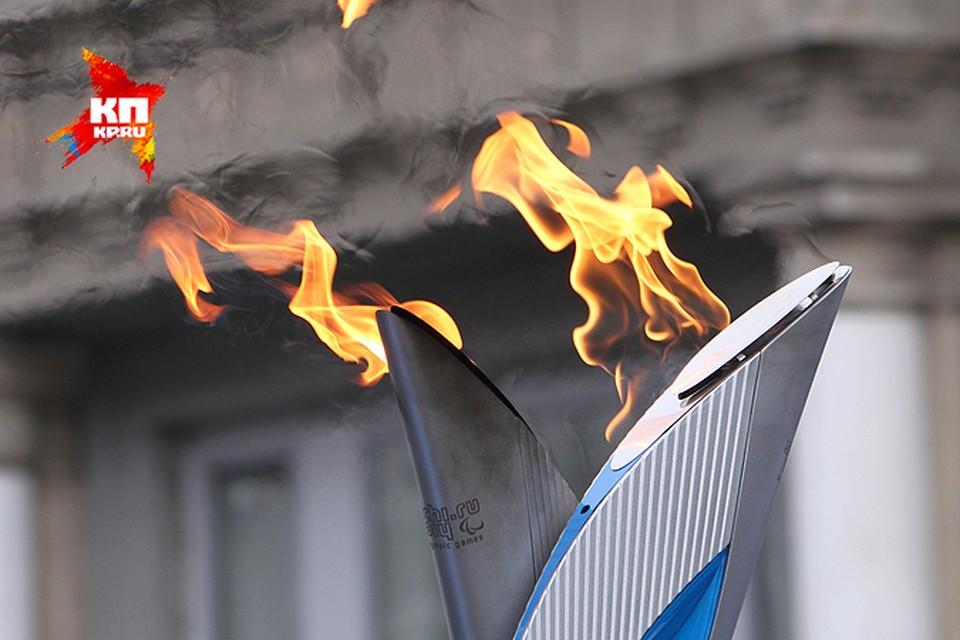 """Паралимпийская эстафета в Саратове: удивительные спортсмены с огромной силой воли, """"огненный танец"""" и перекрытый город"""