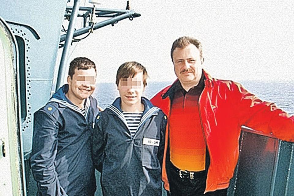 Василий Мидцев (справа) вместе со своими воспитанниками на боевом корабле ВМФ России.