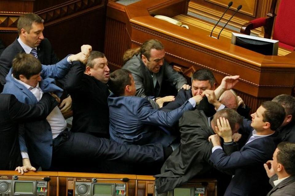 Коммунисты и националисты подрались на заседании парламента Украины