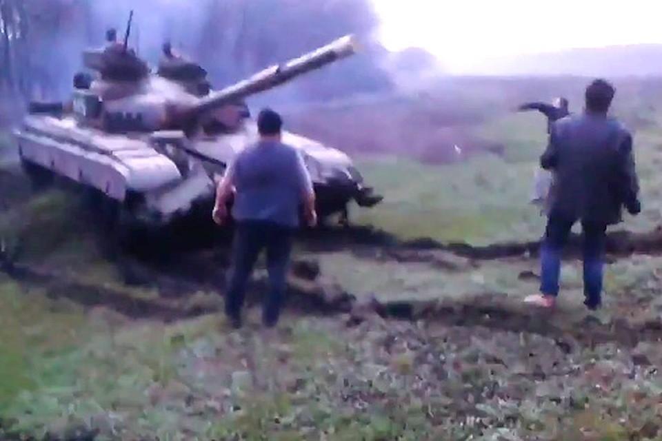 Жители Донбасса голыми руками останавливают танки, идущие на Славянск