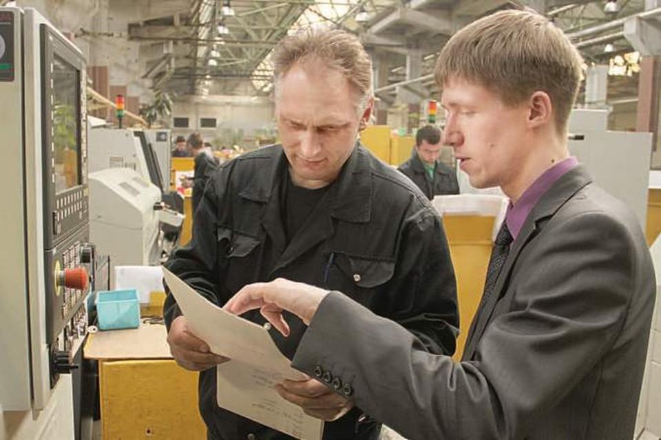 25-летний заместитель начальника цеха Артем Шеменков (справа) координирует работу порядка 70 сотрудников