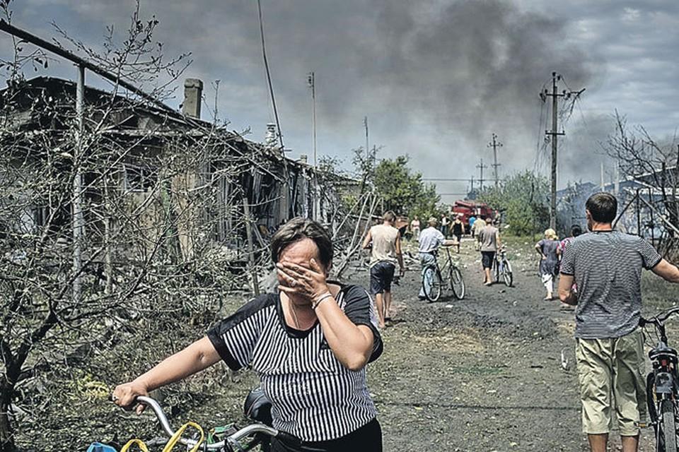 Бомбардировки, которые киевские властители обрушивают на восток Украины (на фото - станица Луганская), не волнуют западных политиков.