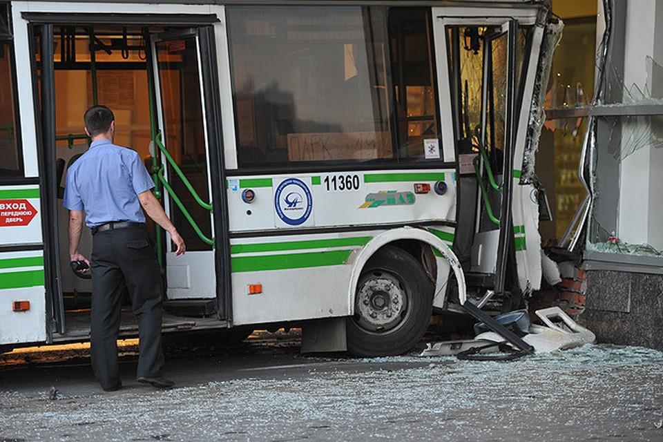 """Автобус въехал в московский торговый центр """"Речной"""" из-за неисправных тормозов"""