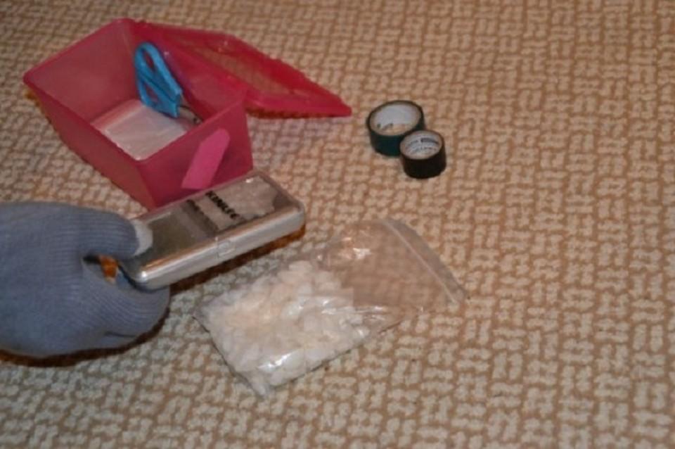 Все, что нужно для расфасовки синтетических наркотиков, хранилось в отдельной коробочке.