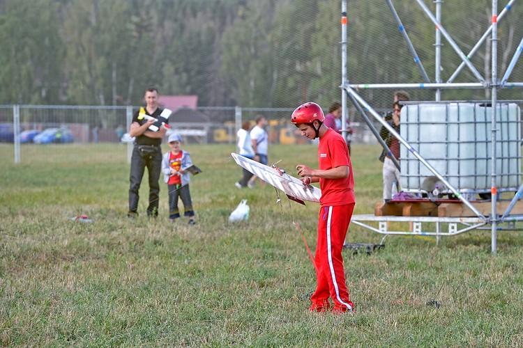 Одно из главных событий фестиваля - соревнования авиамоделистов. Спортсмен готовит свою кордовую модель самолета к бою.