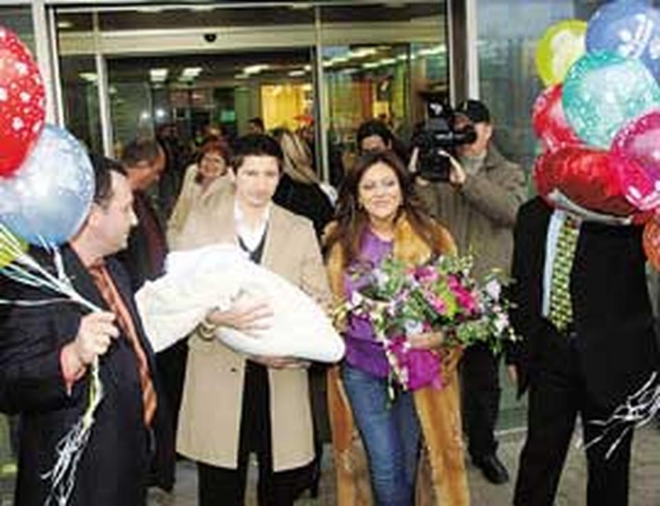 Молодые родители Женя и Юля абсолютно счастливы.