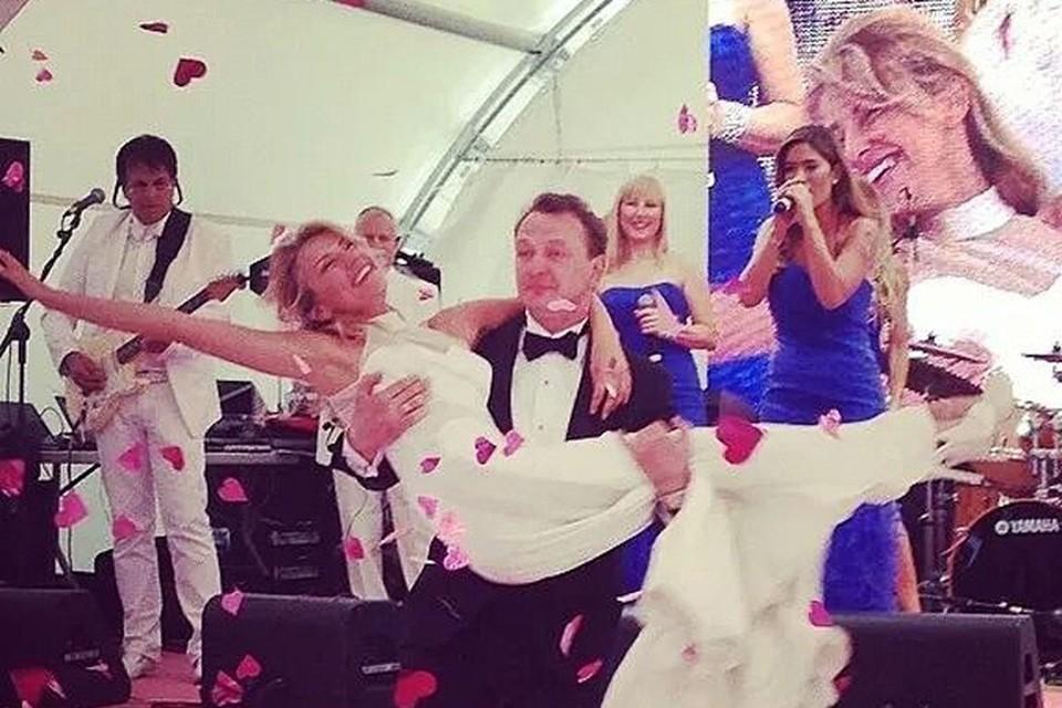 Буквально неделю назад на Первом канале показали фильм о красивой истории любви 40-летнего актера Марата Башарова и его 39-летней коллеги Екатерины Архаровой