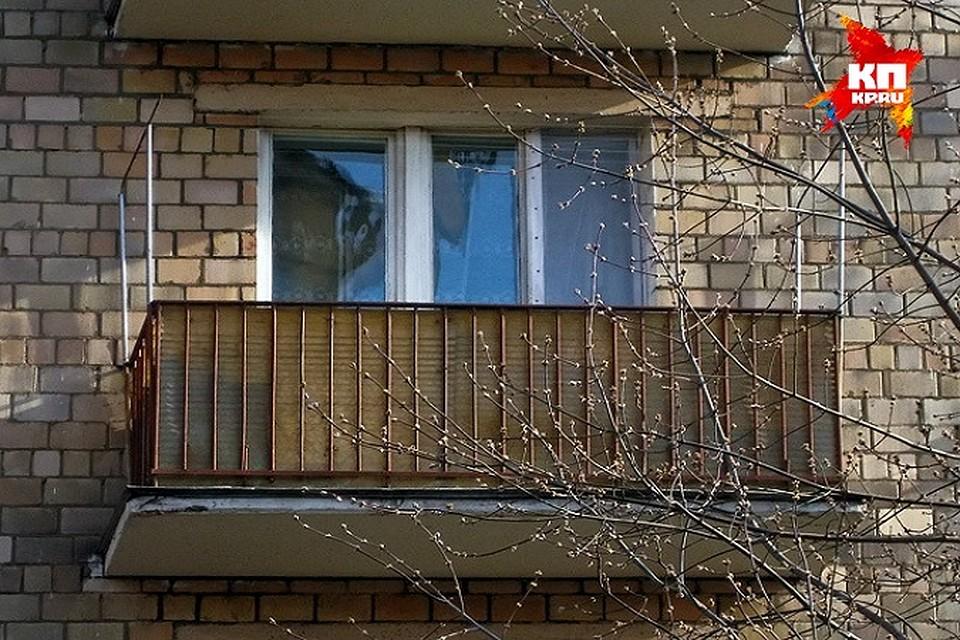 С балкона в петрозаводске упал человек и погиб петрозаводск .