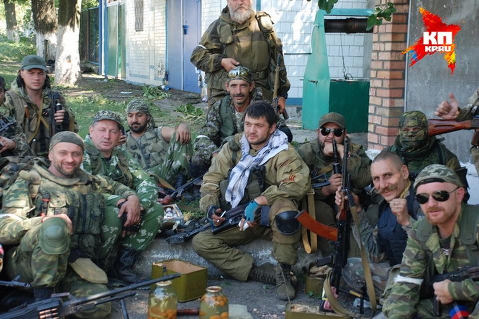 Эдуард Гилазов (в шарфе посередине) вместе со своими сослуживцами, некоторых уже нет в живых...