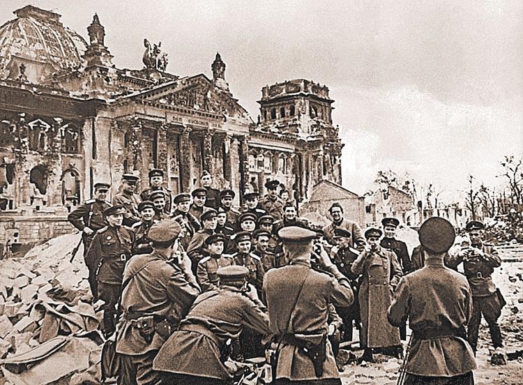 Необычный снимок: советские военкоры уРейхстага фотографируют друг друга.  Берлин, 5 мая 1945 г.