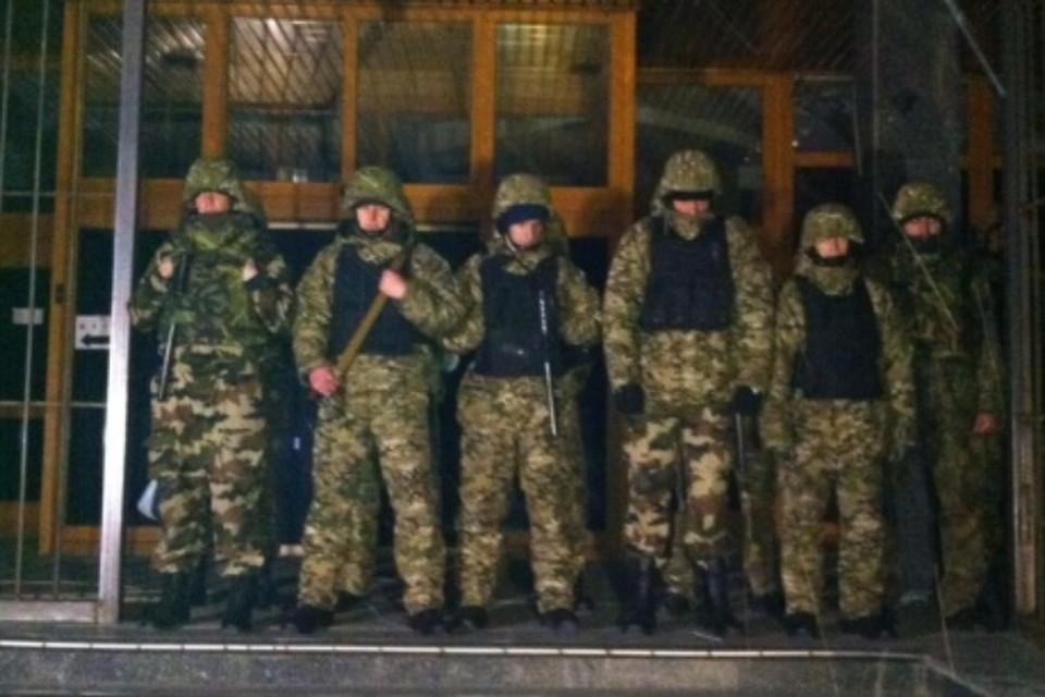 Бойцы полка «Днепр-1» заблокировали вход в здание