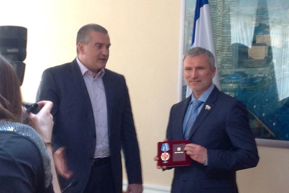 Сергей Аксенов вручил ордена и медали группе российских политических и общественных деятелей.
