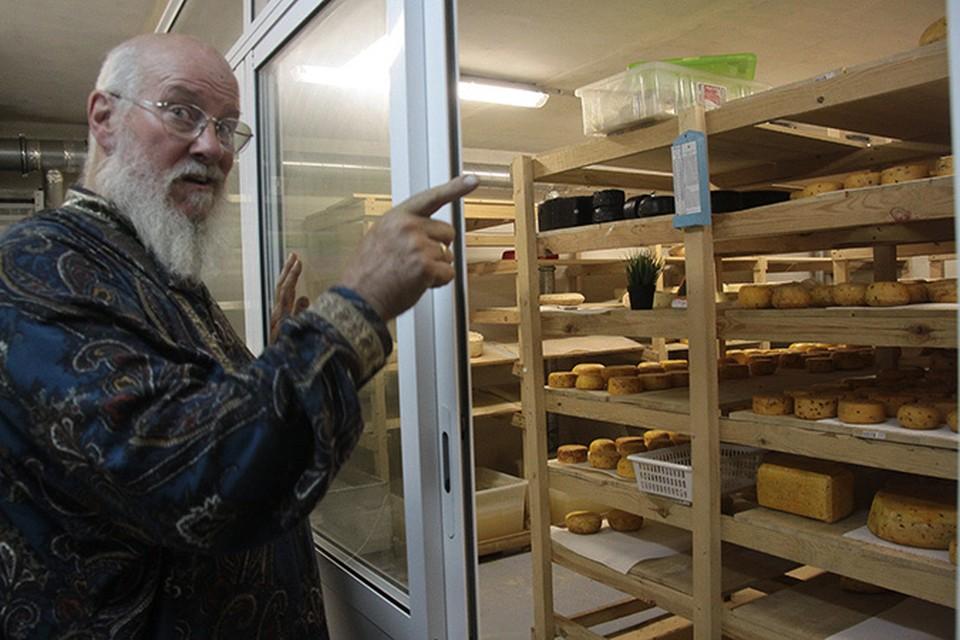 Цена сыра «на месте» - 1000 рублей за килограмм любого сорта и вида.
