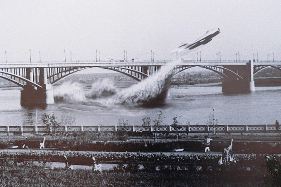 Летчик Валентин Привалов повторил подвиг Валерия Чкалова и пролетел на истребителе МиГ-17 под новосибирским Коммунальным мостом