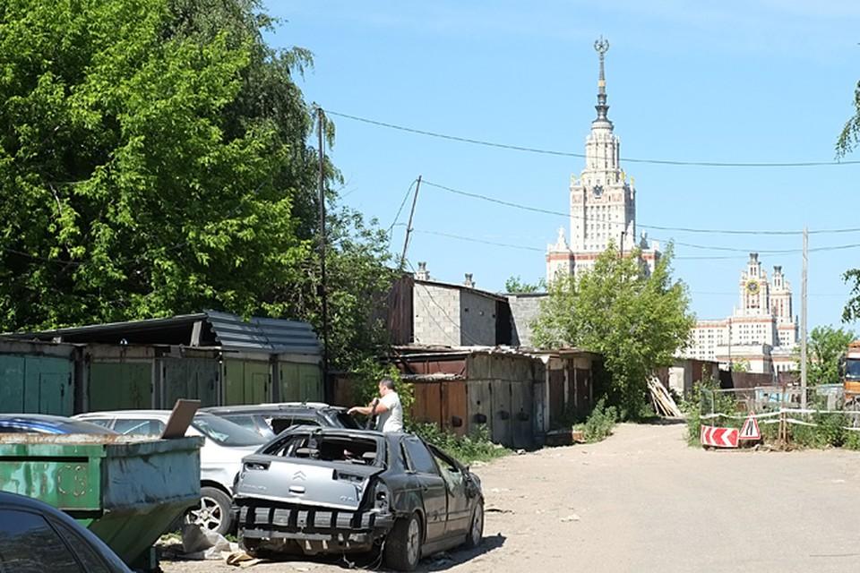 Около тысячи жителей столичного района «Раменки» написали письмо в прокуратуру. Требуют разобраться со здешними трущобами, раскинувшимися на территории больше десятка гектаров