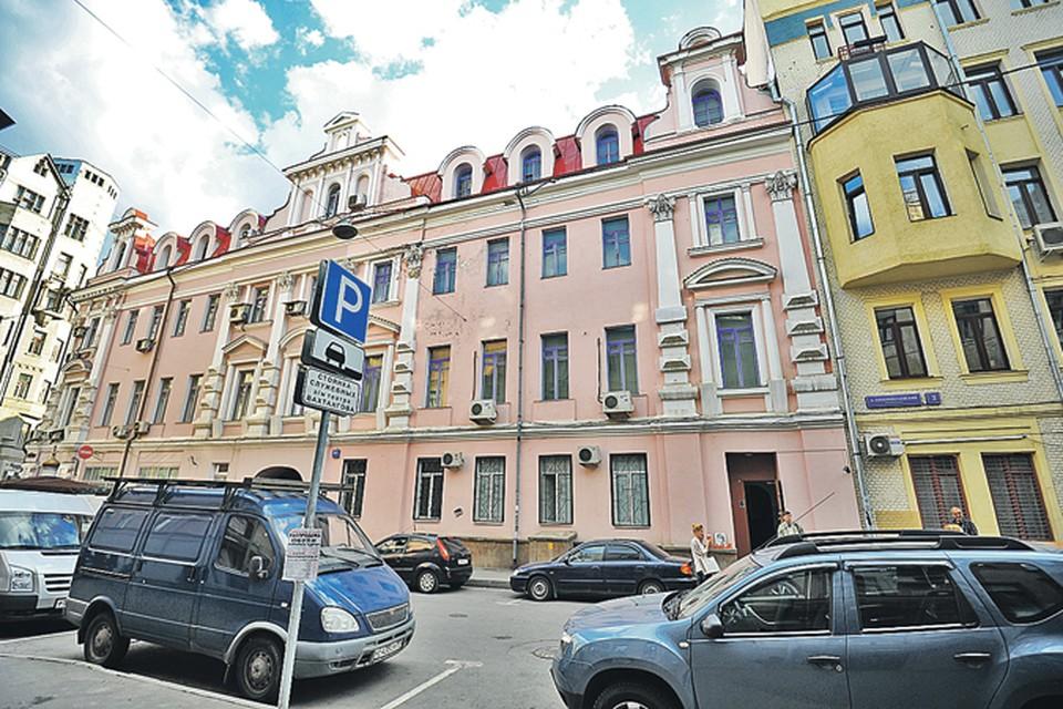 В этом особняке  в Новопесковском переулке целительнице принадлежали несколько этажей. Сколько именно - еще предстоит выяснить наследникам.