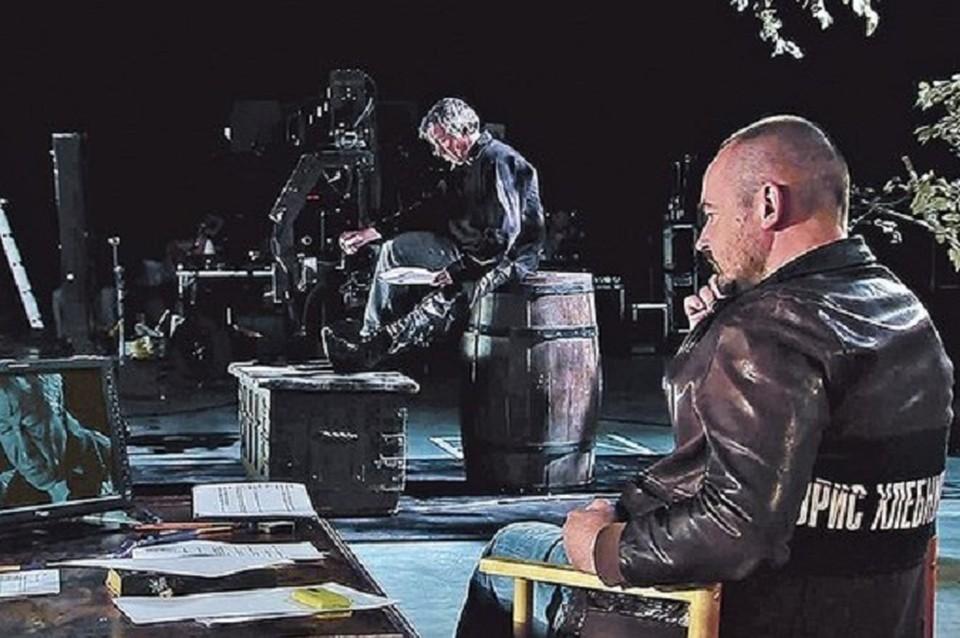 Михаил Ефремов в «Главкниге» примеряет протез Джона Сильвера.