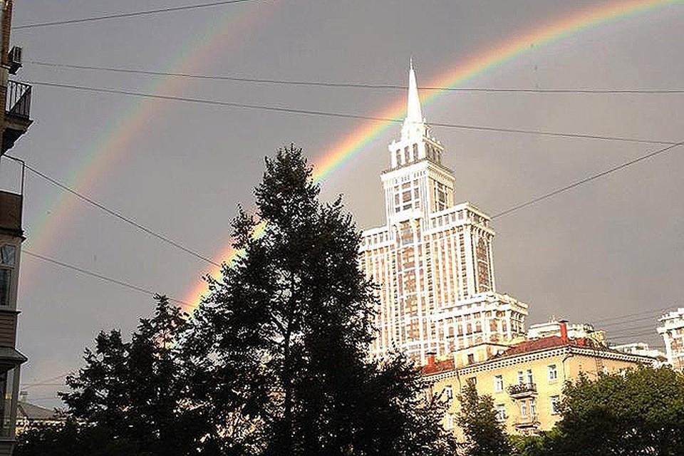 Над Москвой зажглась двойная радуга, которая якобы не существует