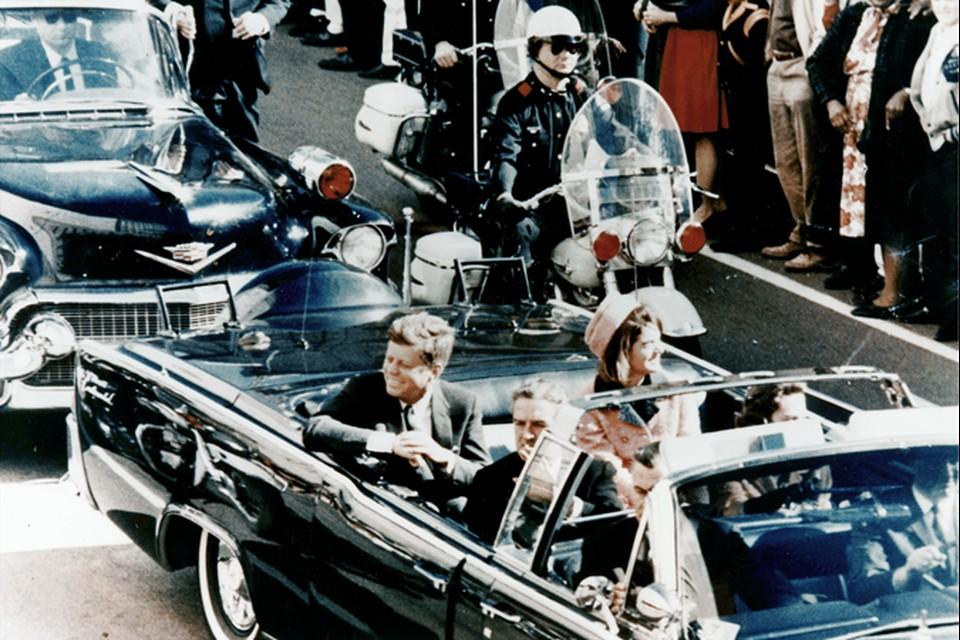 Джон Кеннеди со своей женой в лимузине за несколько минут до обстрела