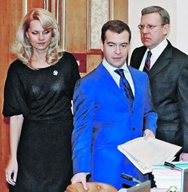Кураторы «социалки» Татьяна Голикова и Дмитрий Медведев (в центре) могут быть довольны: Алексей Кудрин добавил денег на медицину и пенсии.