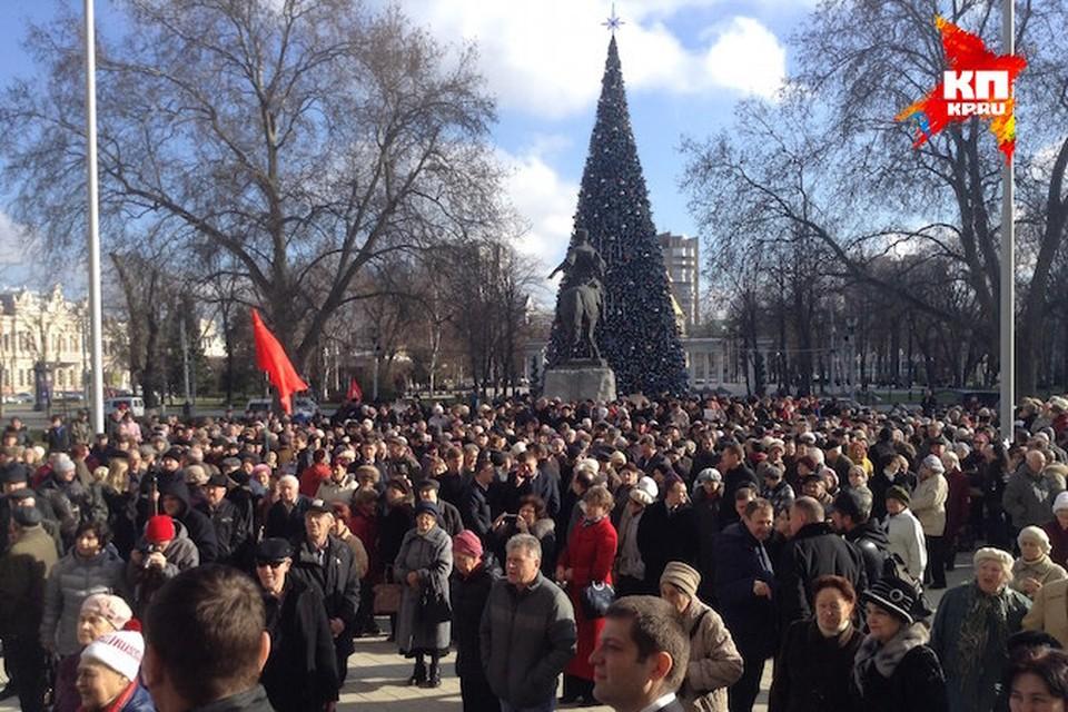 Сотни недовольных пенсионеров собрались на площади в Краснодаре