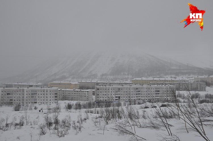 Вид на пострадавшие дома с горы Юкспорр, откуда сошла лавина.