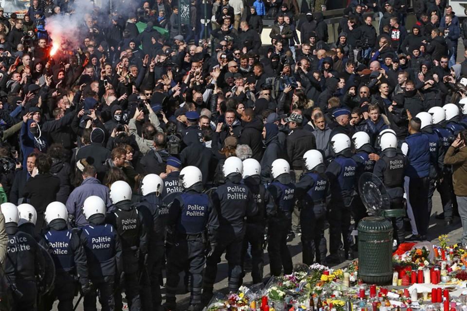Полиция оттеснила активистов от спонтанного мемориала водометами