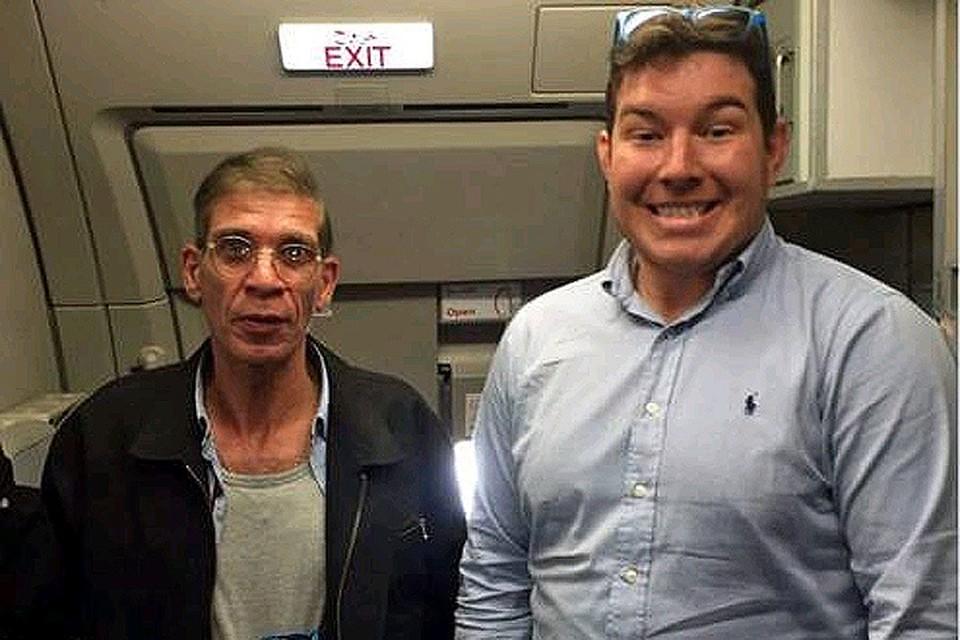 Один из пассажиров захваченного в Египте и угнанного на Кипр самолета  выложил в свой Твиттер селфи с угонщиком.