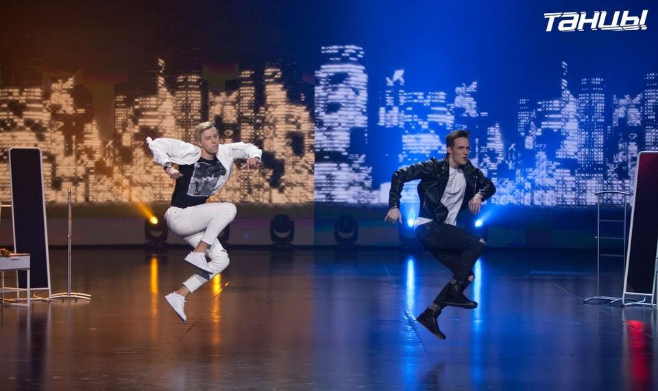 На первом концерте шоу «ТАНЦЫ. Битва сезонов» Митя Стаев (слева) и Ваня Можайкин станцевали в стиле хип-хоп. Фото ТНТ.
