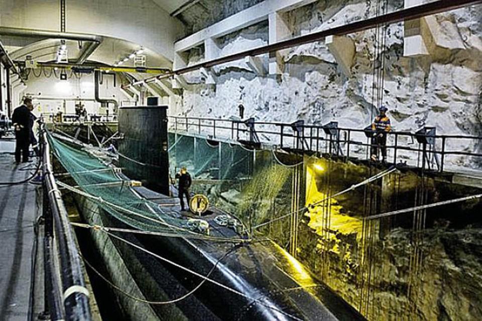 Гавань, вырубленную в скалах, использовали в основном американские субмарины, патрулирующие северные моря. Фото: wikimedia.org