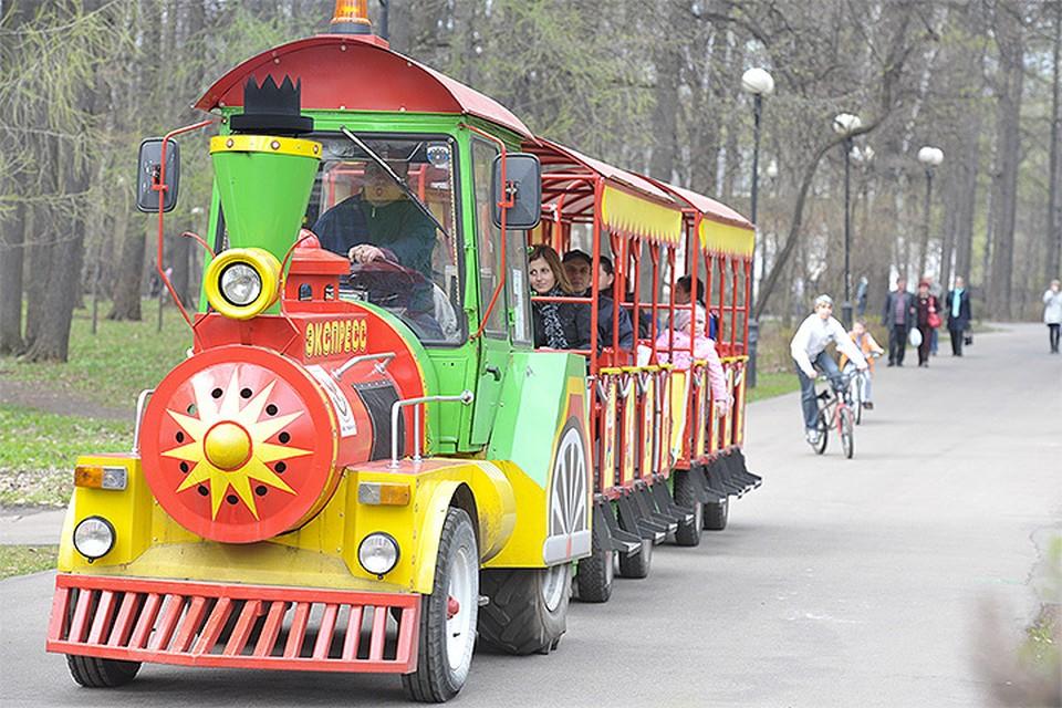 Подобные паровозики часто можно встретить в столичных местах массового досуга. На фото - паровозик из Измайловского парка.