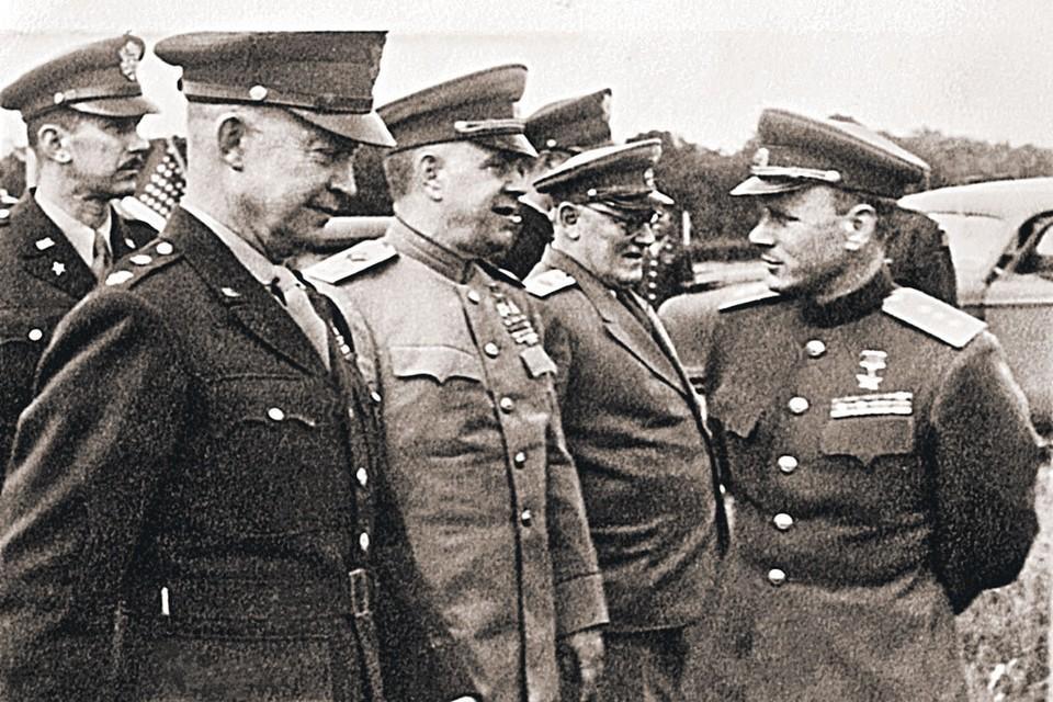 Перед подписанием капитуляции фашистской Германии. На переднем плане - американский генерал Д. Эйзенхауэр, правее - Г. Жуков, лицом к ним - И. Серов. Фото: Предоставлено издательством «Просвещение»