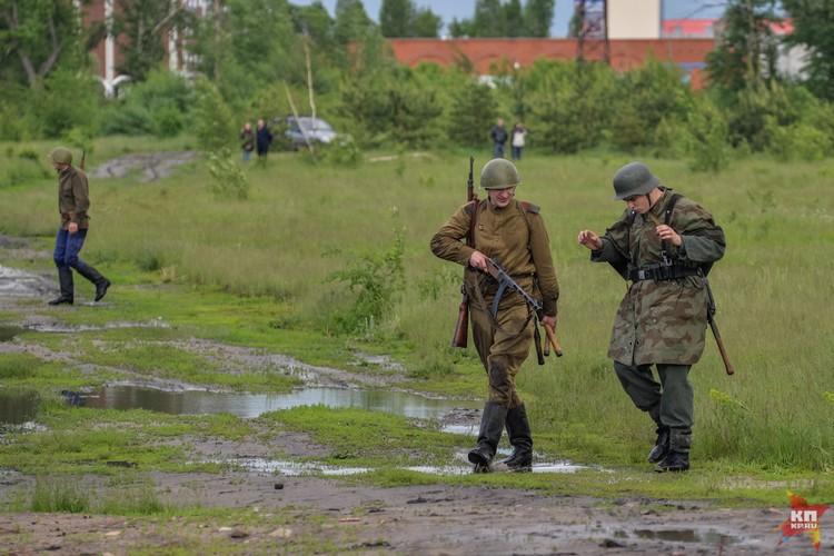 Советский солдат ведет пленного.