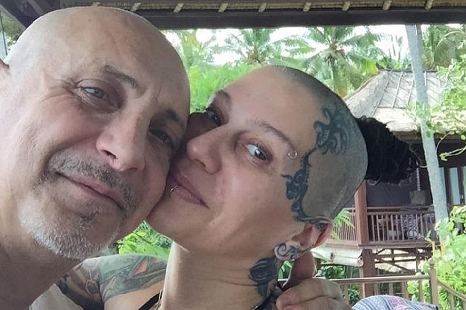 Русское жене дали за щеку друзья мужа
